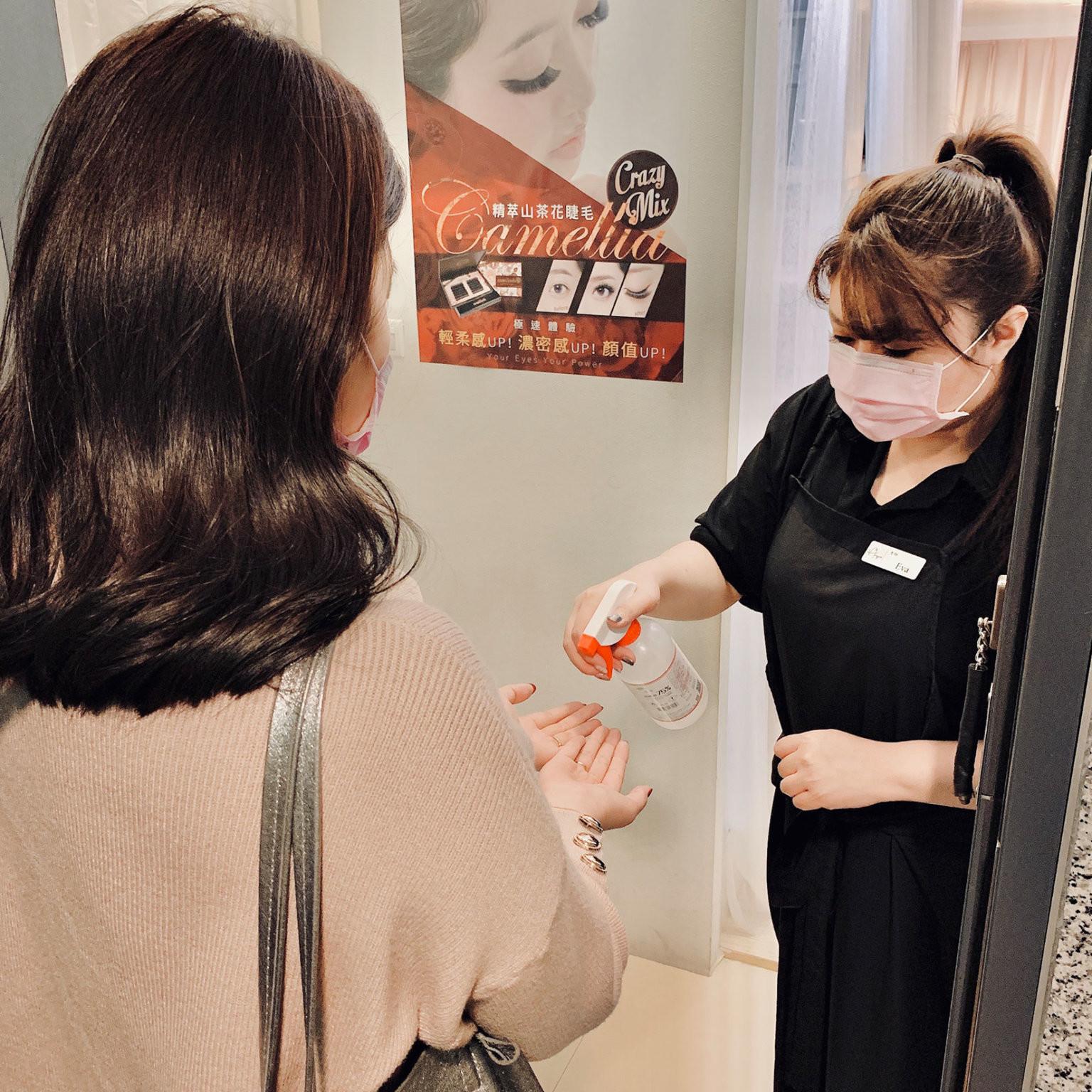 武漢肺炎接睫毛、霧眉前要先幫客人使用酒精消毒-台北IA專業美睫設計