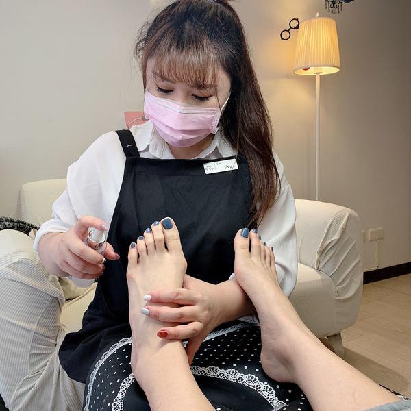 足底去角質保養-步驟一消毒腳底|台北IA專業美睫設計